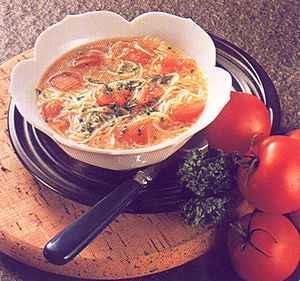Nudlová polévka s rajčaty