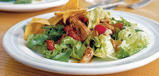 Pikantní krůtí salát s avokádovou omáčkou