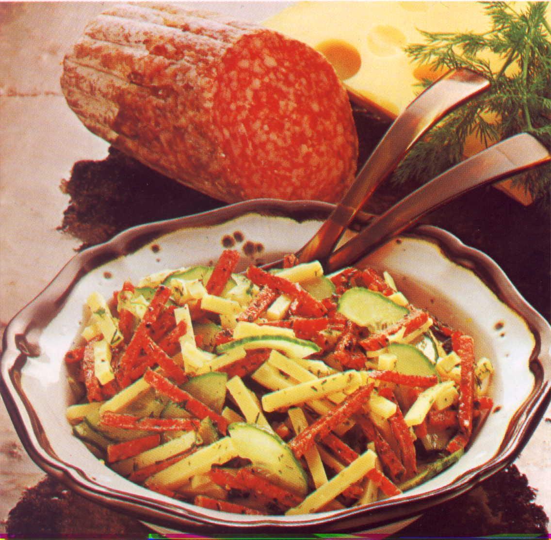 Pikantní salámový salát se sýrem