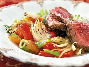 Domácí rostbeef s tatarkou, zeleninou a zapékanými bramborami