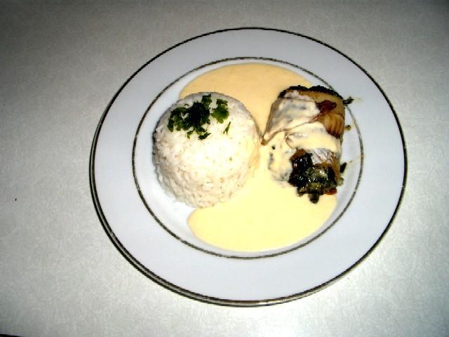 Rybí závitky se špenátem, modrým sýrem a smetanovou omáčkou