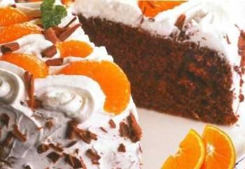 Čokoládový dort s ovocem a šlehačkou